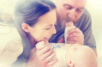 Mamma och pappa med bebis