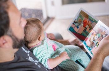 Pappa läser för barn